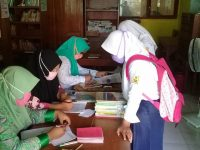 Pengambilan Buku Paket Sesusai dengan Protokol Kesehatan